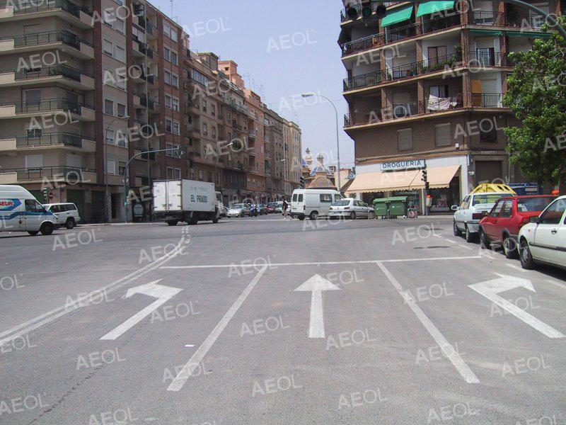 Consejos de seguridad vial para cambiar de dirección en las intersecciones.
